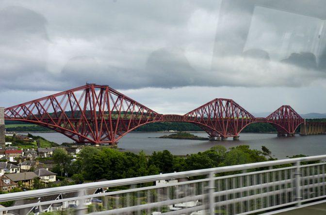 Diese tolle Eisenbahnbrücke ist die Forth Bridge. Sie verbindet über den Firth of Fort (Mündung des Flusses Forth) Edinburgh mit der Halbinsel Fife und somit die schottischen Lowlands mit den Highlands.
