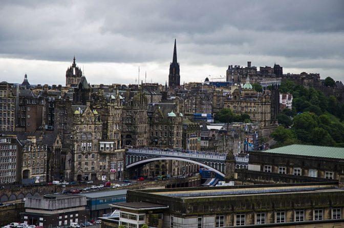 Blick vom Calton Hill auf die Altstadt von Edinburgh mit North Bridge, St. Giles Kathedrale, Hub und Edinburgh Castle.