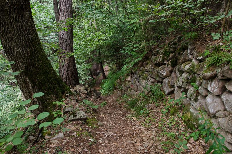 Wanderweg E5 mit Steinmauer
