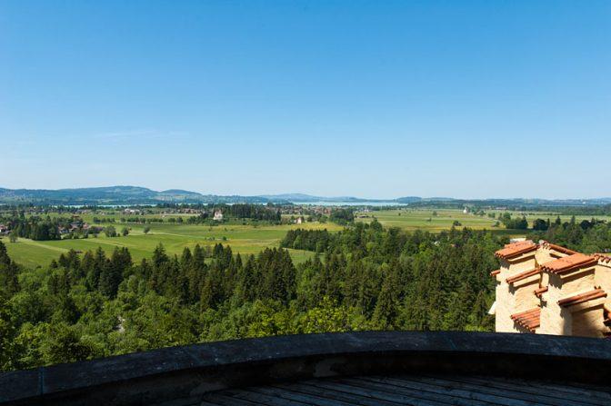Bayerns Voralpenland: Ausblick von Schloss Hohenschwangau auf das Allgäu