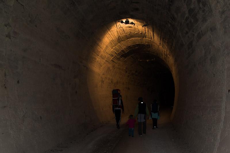 Beleuchteter Tunnel am Spazier- und Mountainbikeweg Bahntrasse Fleimstalbahn