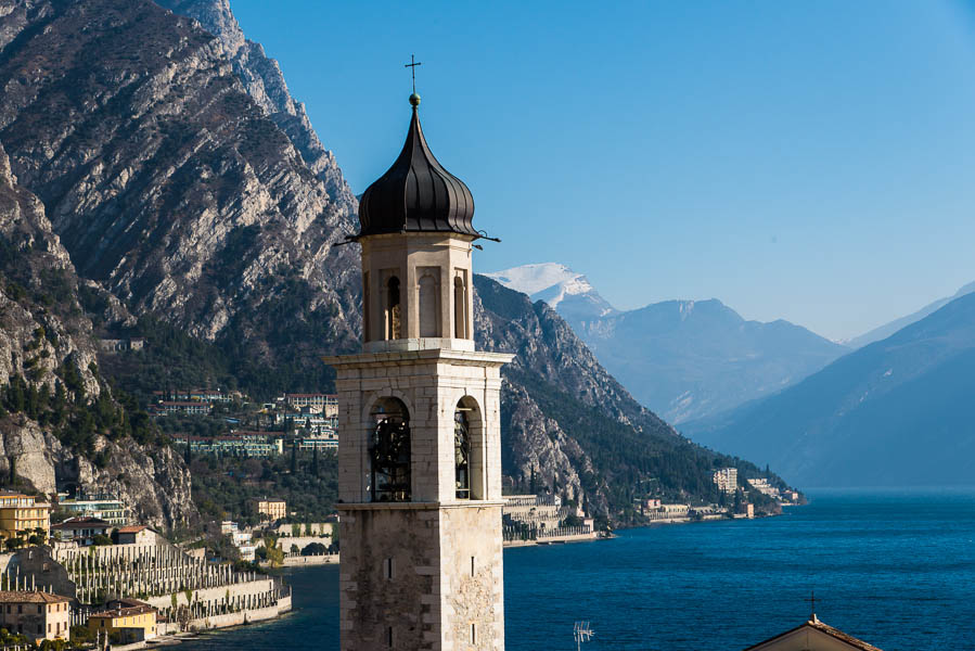 Kirchturm von Limone sul Garda mit Gardasee im Hintergrund