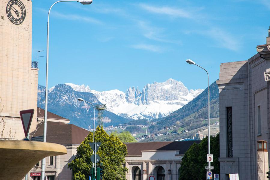 Rosengarten vom Bozner Bahnhofplatz aus gesehen