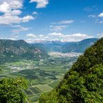 Blick von Perdonig nach Bozen mit Schlern und Rosengarten
