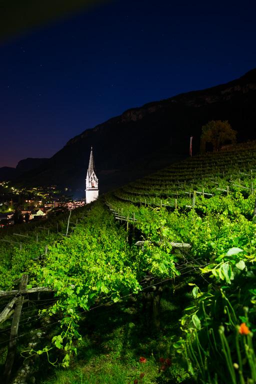 Kirchturm Tramin mit Sternenhimmel