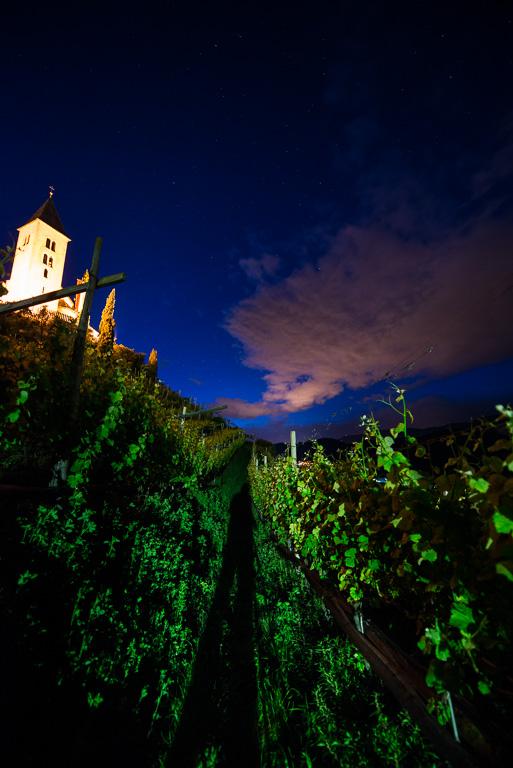 Kastelatz Kirchlein bei Nacht mit Sternenhimmel