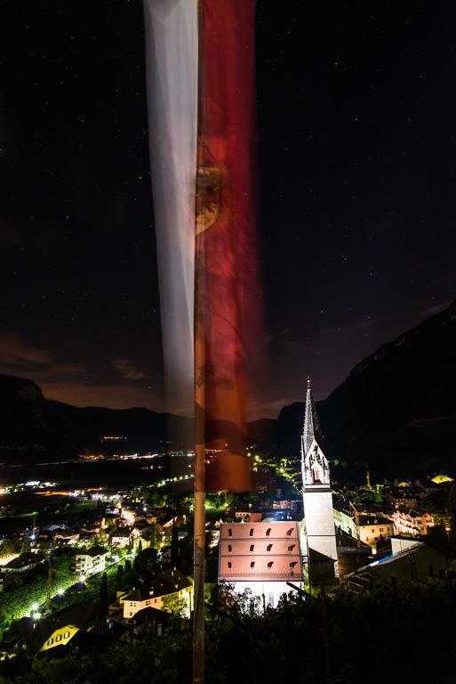 Tramin bei Nacht mit Tirolerfahne