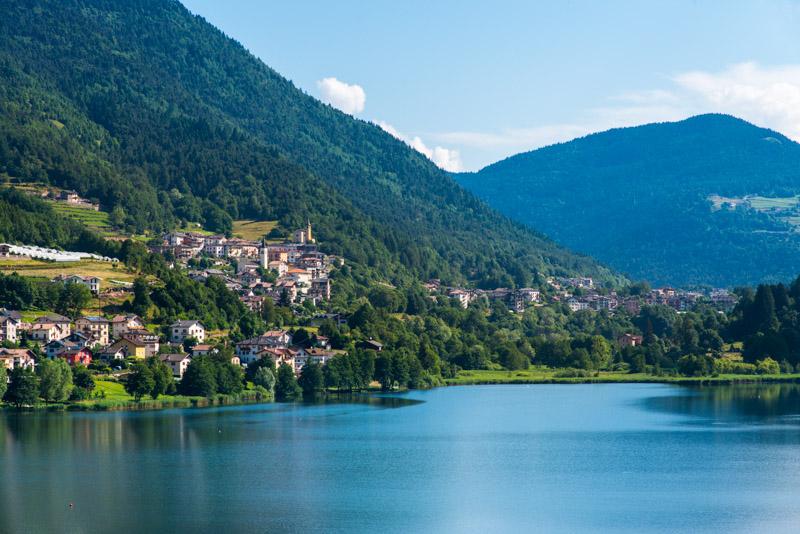 Lago di Serraia mit dem Dörfchen Sternigo