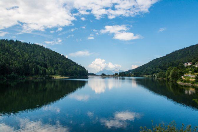 Blick über das Lago delle Piazze bis zum Monte Bondone