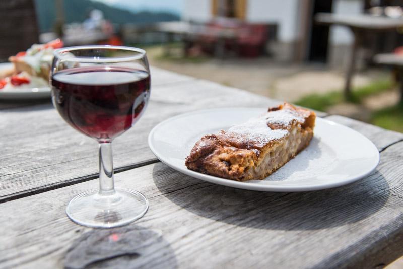 Glas Wein und Strudel