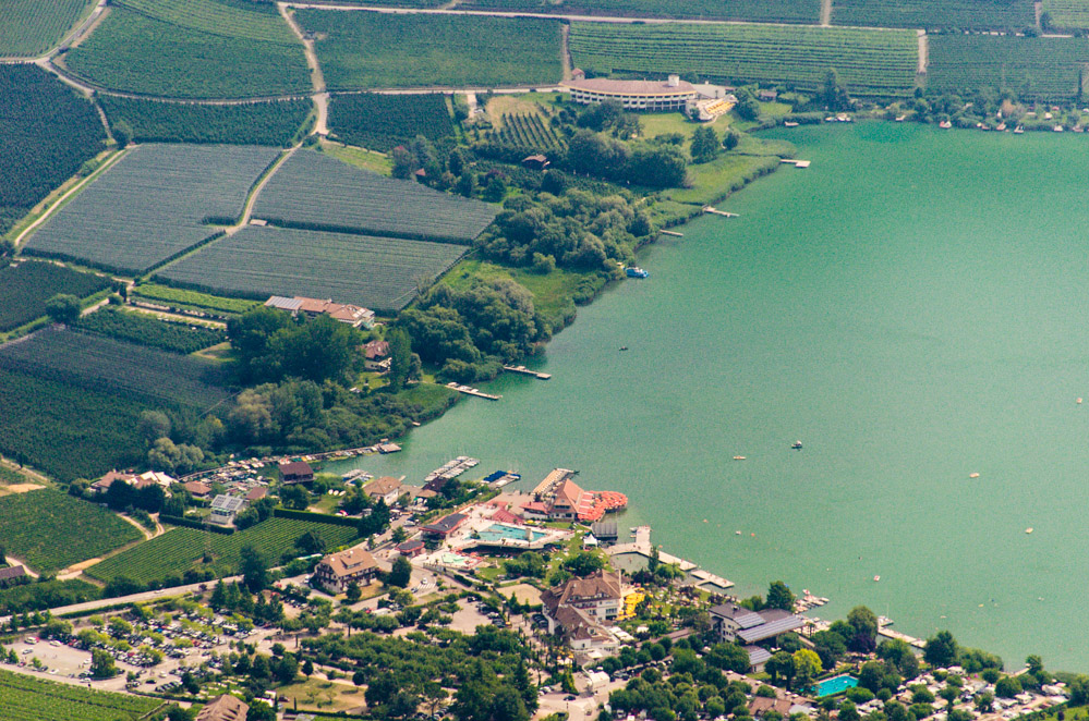 Blick vom Göller auf den Lido Betrieb am Kalterer See
