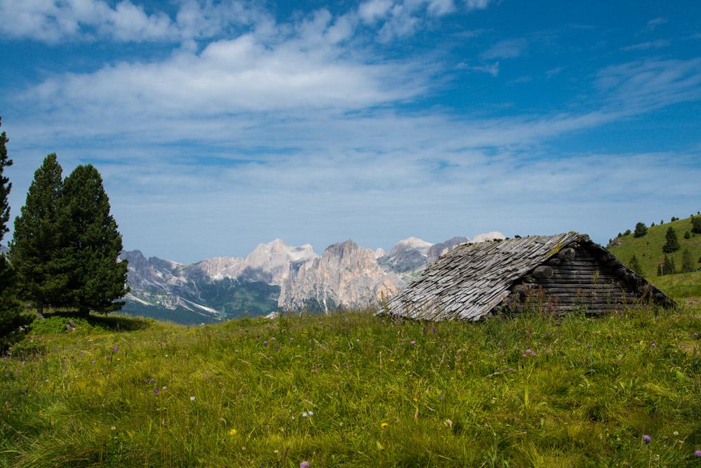 Almhütte im Val San Nicolò mit Blick auf den Rosengarten