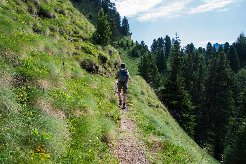 wandern im Val San Nicolò - abstieg von den Maerins