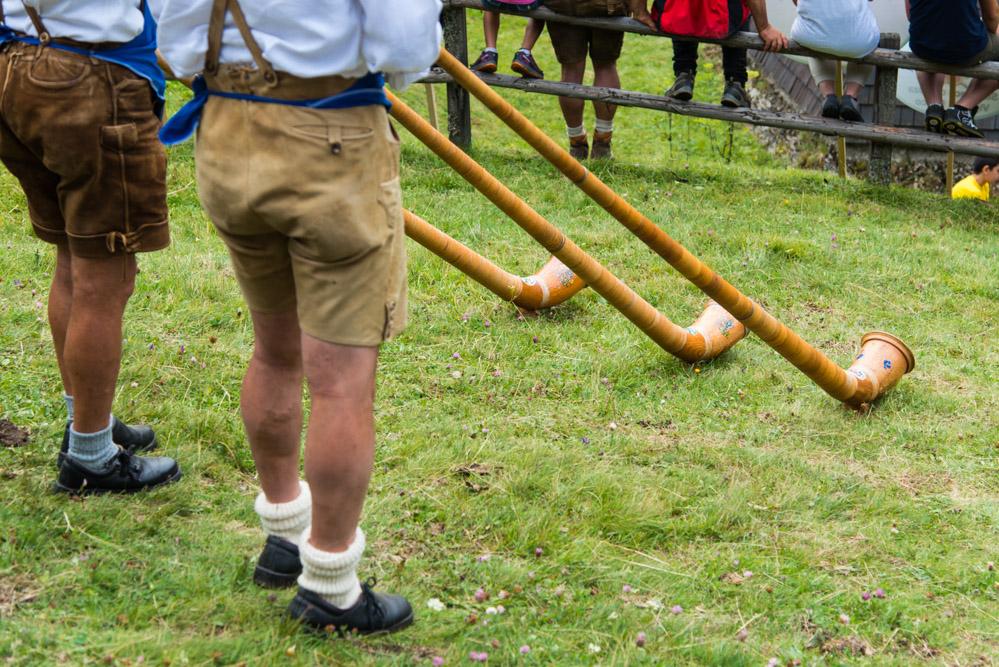 Alphornbläser untermalen die Messe musikalisch