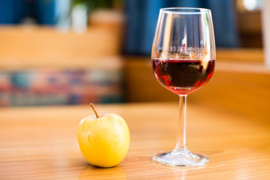 Weinglas und Apfel