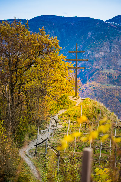 Wetterkreuz am Marlinger Waalweg im Herbst