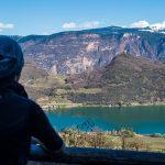 Blick von der Rastenbachklamm zum Kalterer See im Süden Südtirols