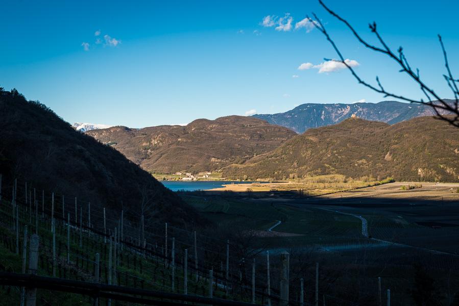 Blick von Tramin zum Kalterer See im Süden Südtirols