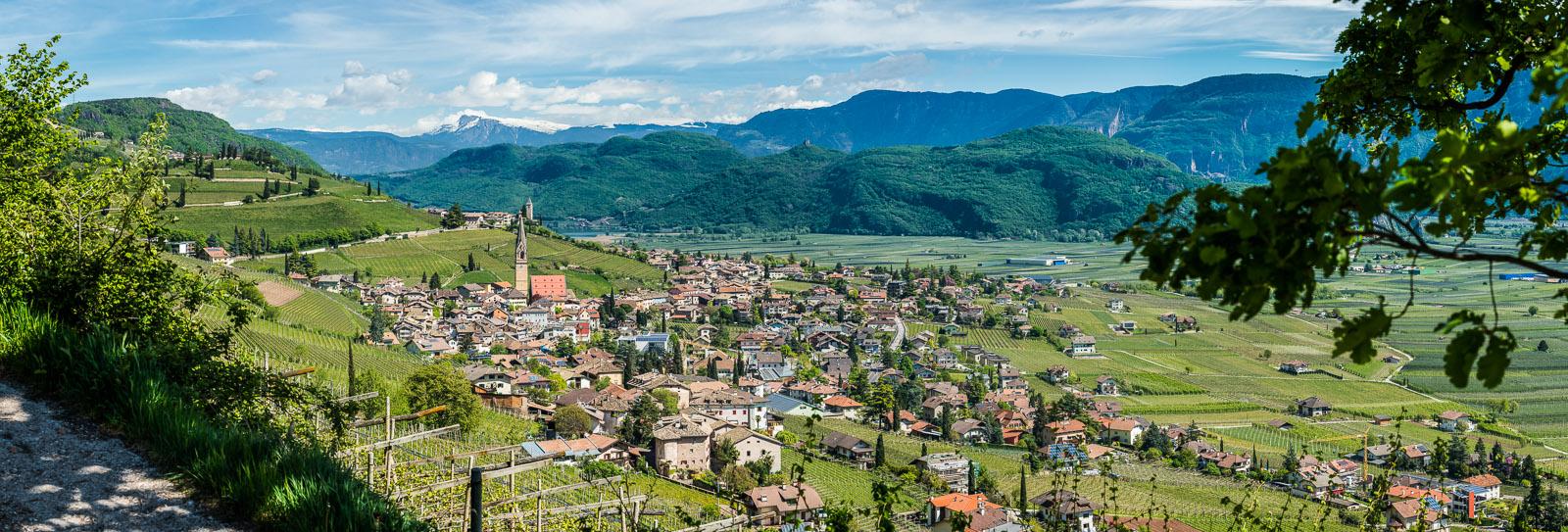 Das Weindorf Tramin mit Kalterer See im Frühling