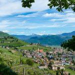 Blick auf das Weindorf Tramin mit Kalterer See im Frühling