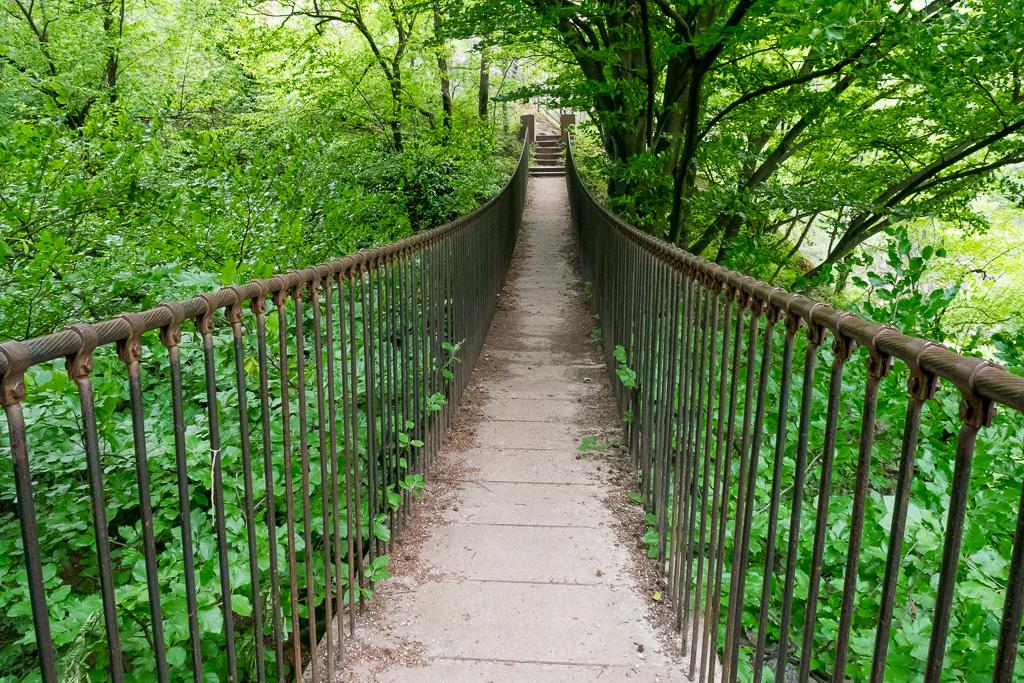 Hängebrücke in Altenburg vor der Ruine St. Peter