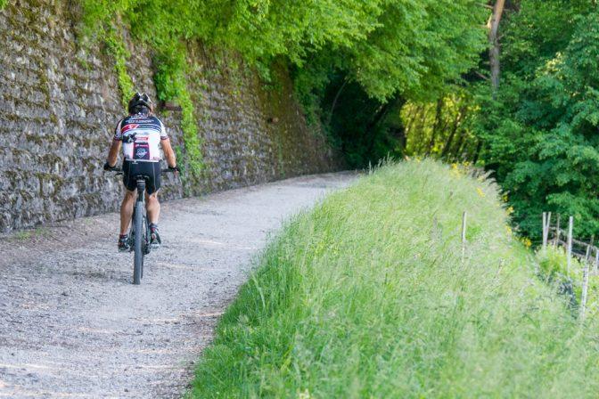 Mountainbiker auf der alten Fleimstaler Bahntrasse zwischen Montan und Glen