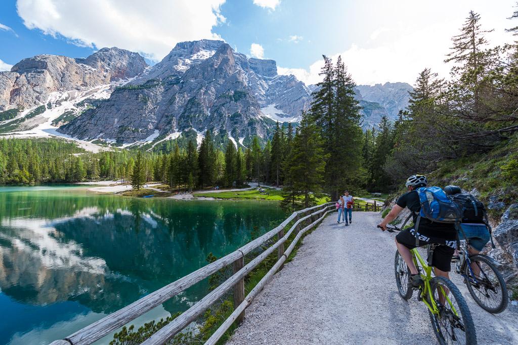 Der Seerundweg ist bei Spaziergänger seht beliebt. Ob Mountainbiker auch die Runde fahren dürfen bin ich mir nicht so sicher.Am Pragser Wildsee