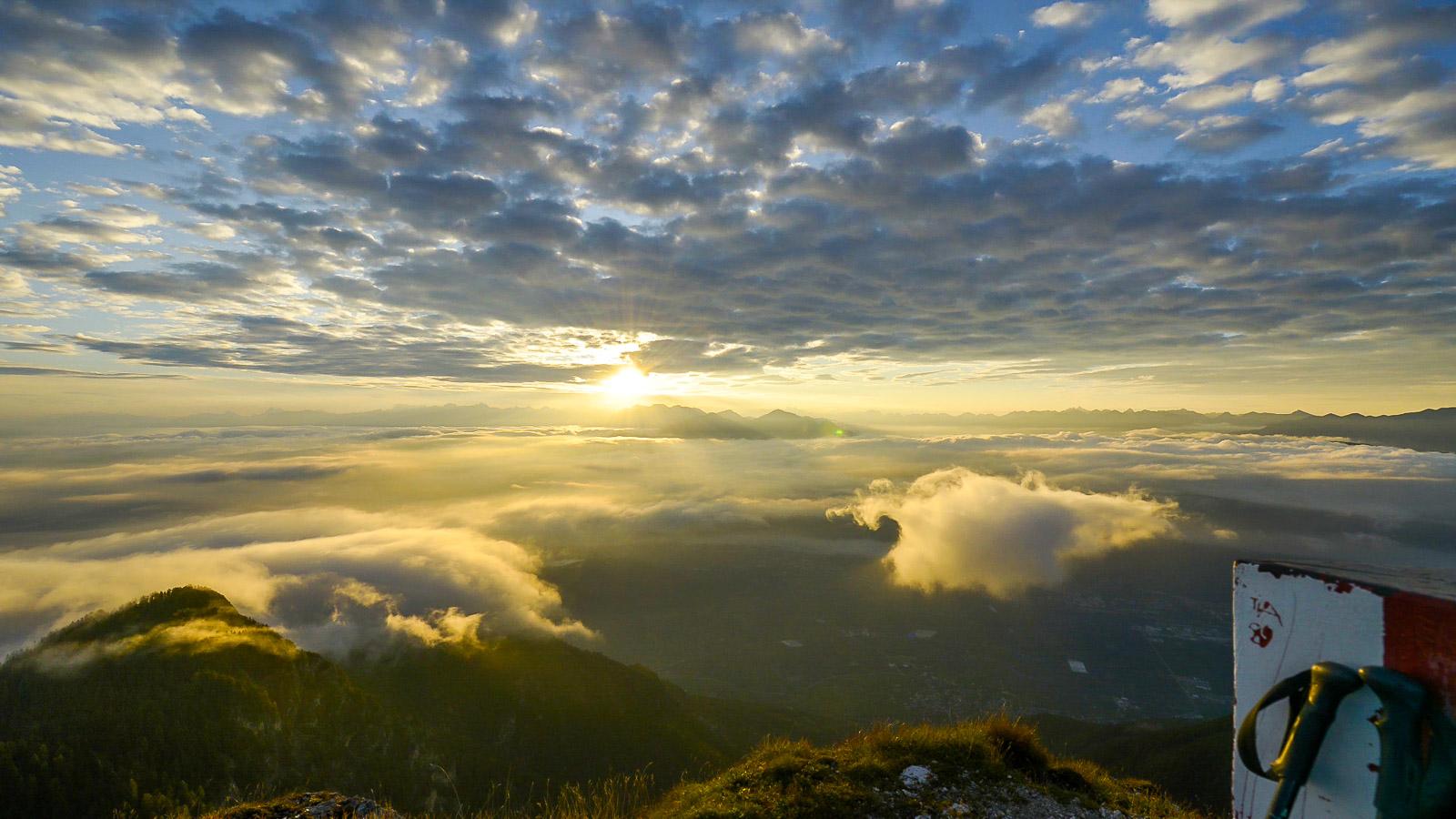 Sonnenaufgang am Roen-Blick zu den Dolomiten