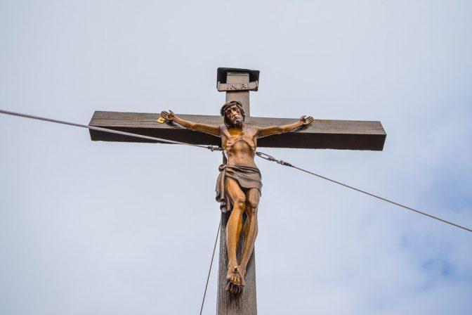 Hergott auf dem Gipfelkreuz der Kassianspitze hoch über dem Latzfonser Kreuz
