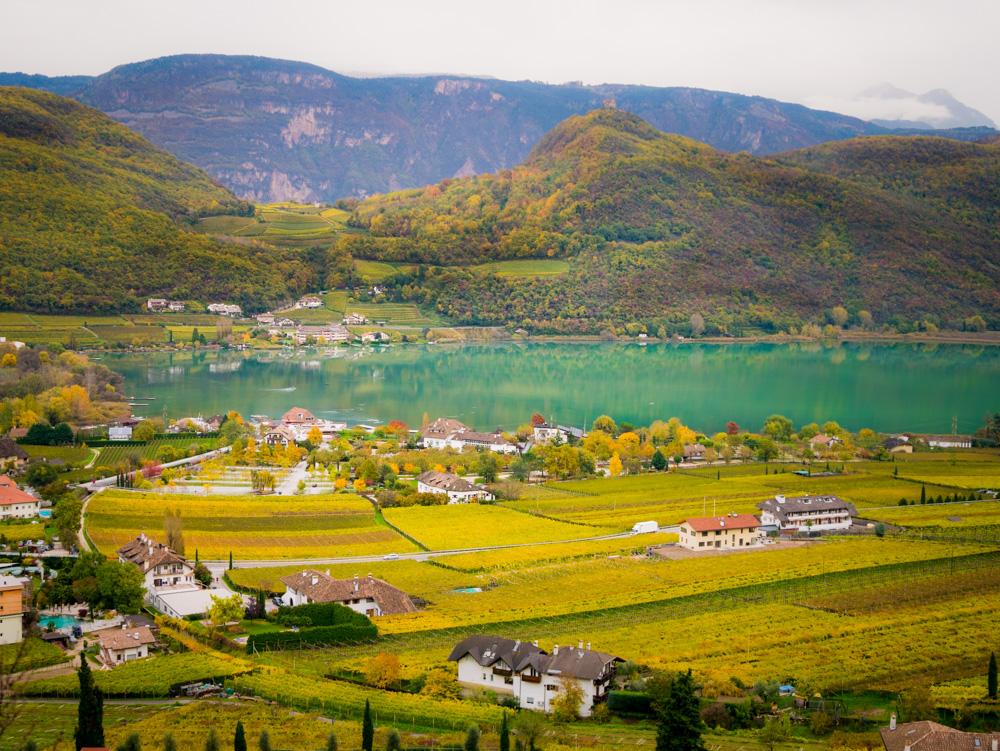 Blick auf den Kalterer See mir St. Josef am See und Klughammer