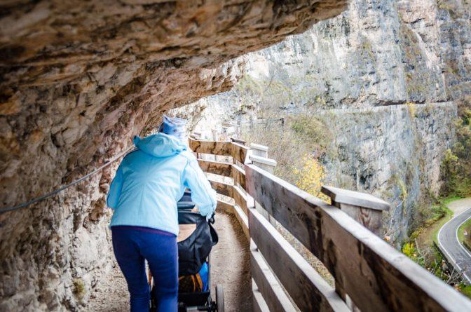 Wer der Felsensteig (sentiero Frassati) nach San Romedio benutzt, muss sich ab und an bücken.