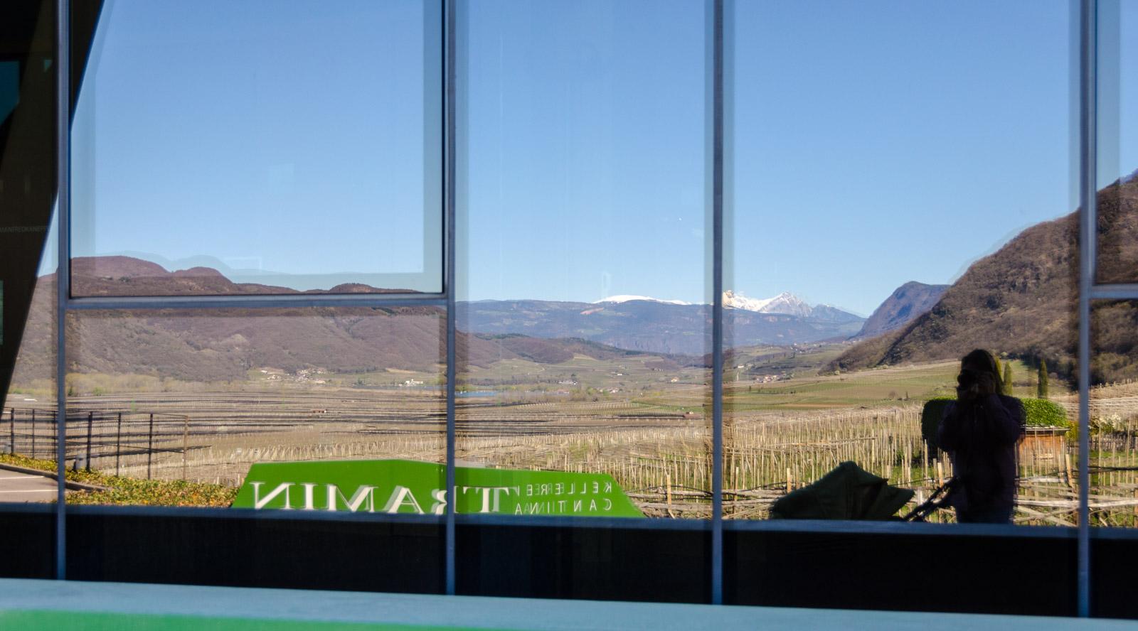 Kalterer See in der Glasfassade der Kellerei Tramin