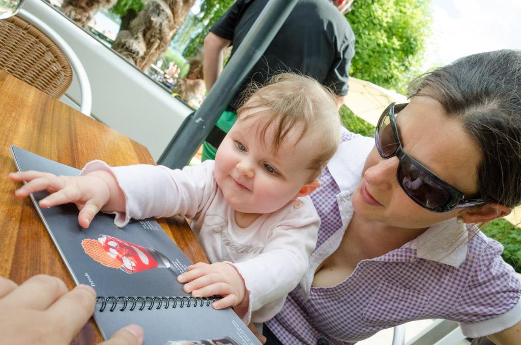 Anni und Anna beim Eiskarte studieren