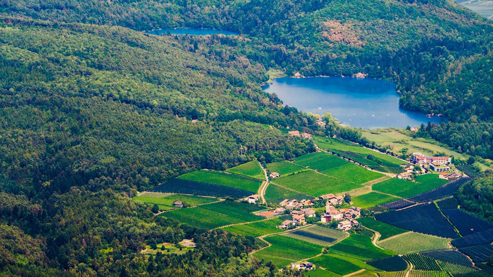 Blick auf Montiggl und die beiden Montiggler Seen