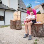 Anna und Anni auf Holzsessel