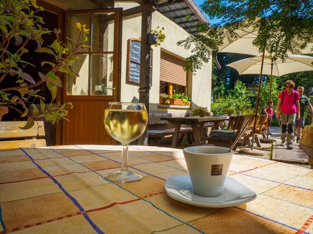 Ein Kaffee und ein Glas Weißwein - die optimale Mischung.