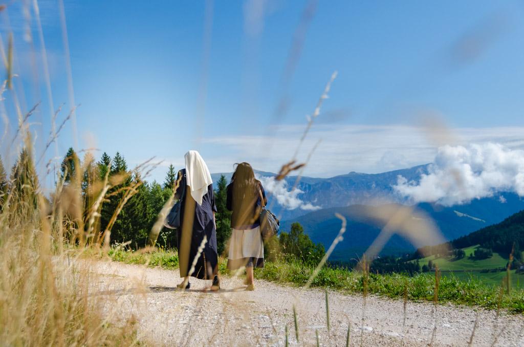 Nonne spazieren ums Kloster von Maria Weißtenstein