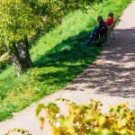 Spaziergänger auf Bahntrasse Fleimstalbahn