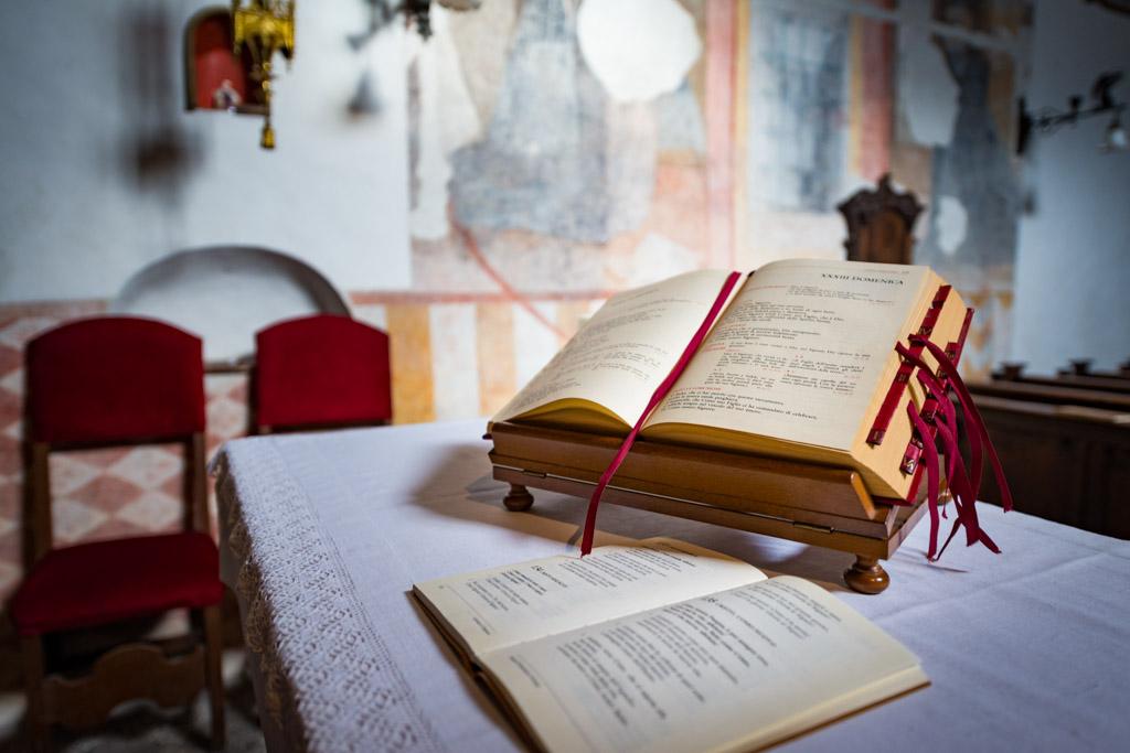 Gebetsbuch in einer der 7 Kirchen des Wallfahrtsortes San Romedio