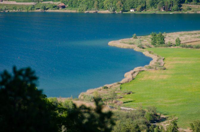 Blick auf den Kalterer See mit Biotop vom Naturerlebnisweg Tramin