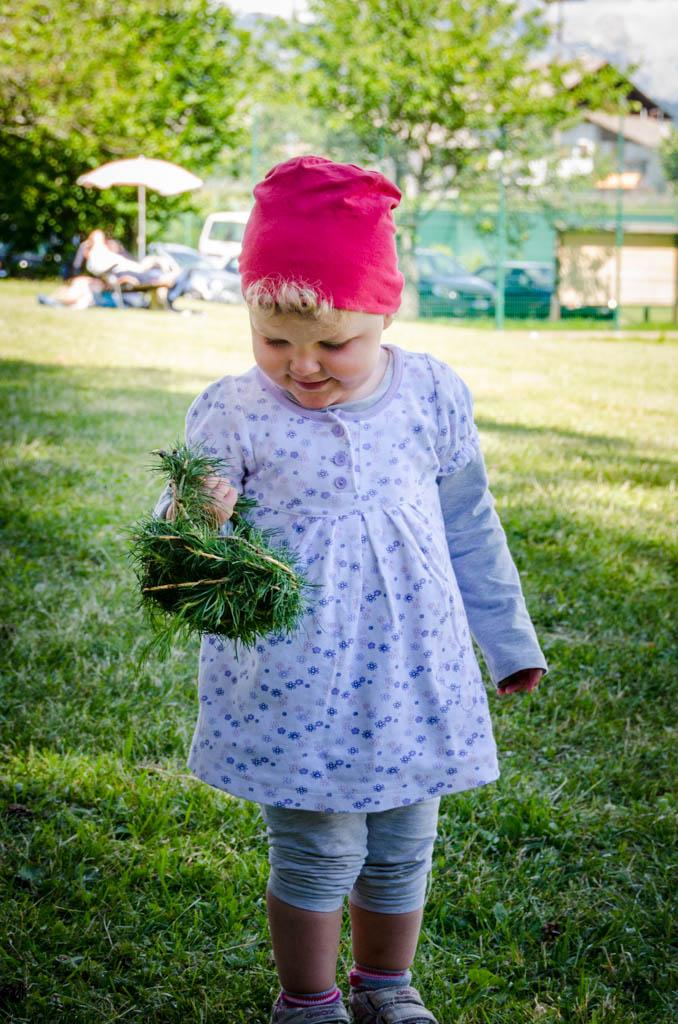 Anna mit Korb aus Lärchenzweigen