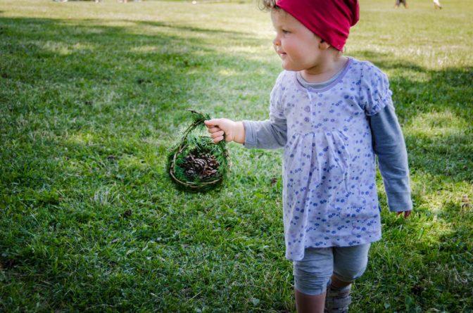 Anna mit Lärchenzweigkörbchen