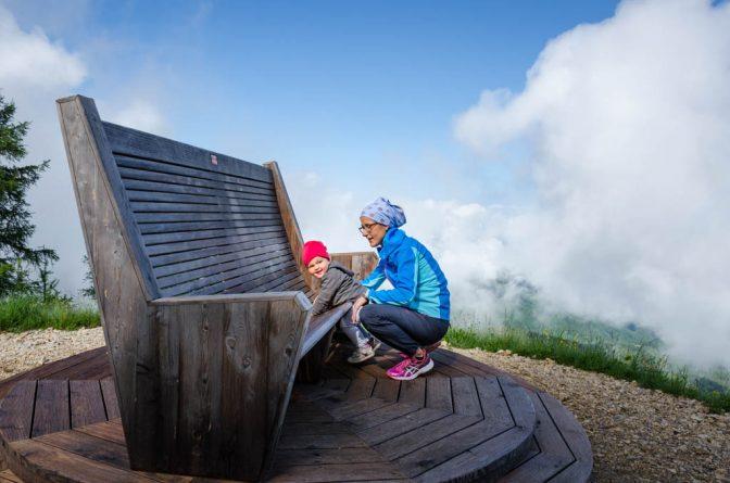 Anna und die beste Mami von allen auf dem Riesensessel neben der 360° Panorama-Aussichtsplattform