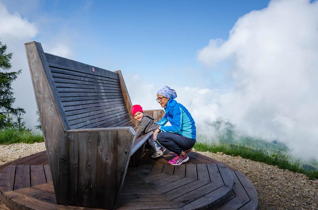 Anna und die beste Mami von allen dem Riesensessel neben der 360° Panoramaaussichtsplattform