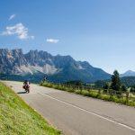 Motorradfahrer in den Dolomiten (Latemar)