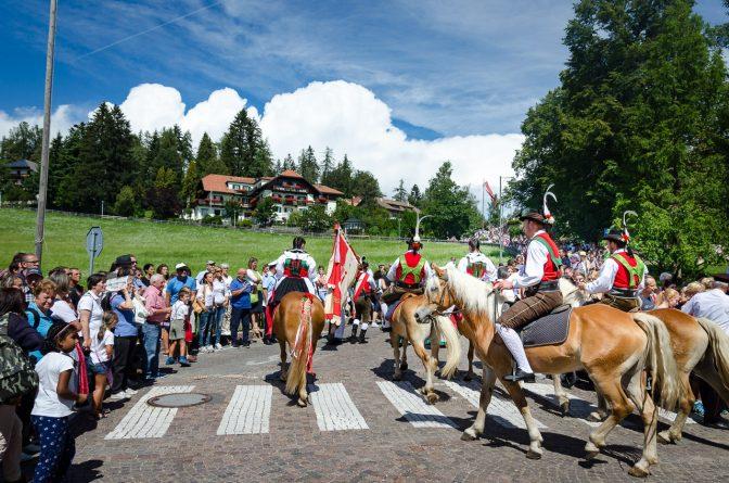 Reiter am Trachtenumzug zu Maria Himmelfahrt in Oberbozen