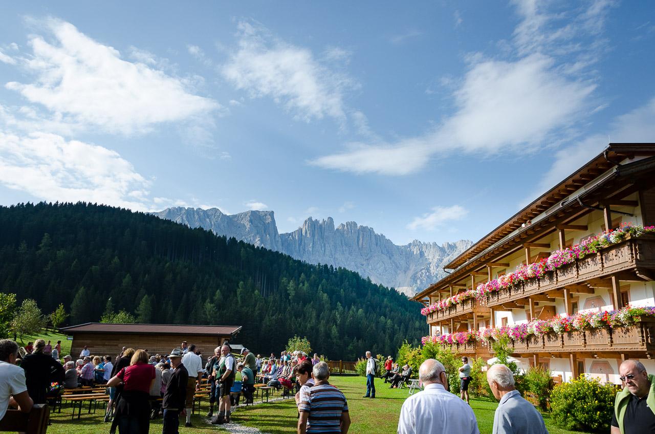 Hotel Moseralm mit Latemar bei der Feldmesse der König Laurin Schupfenwanderung