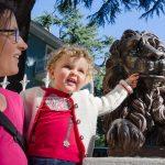 Anna mit Löwenstatue