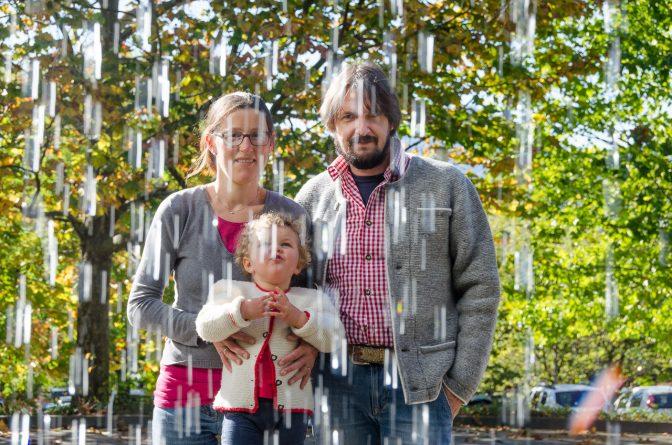 Wir hinterm Wasservorhang bei den Gärten von Gärten von Schloss Trauttmansdorff
