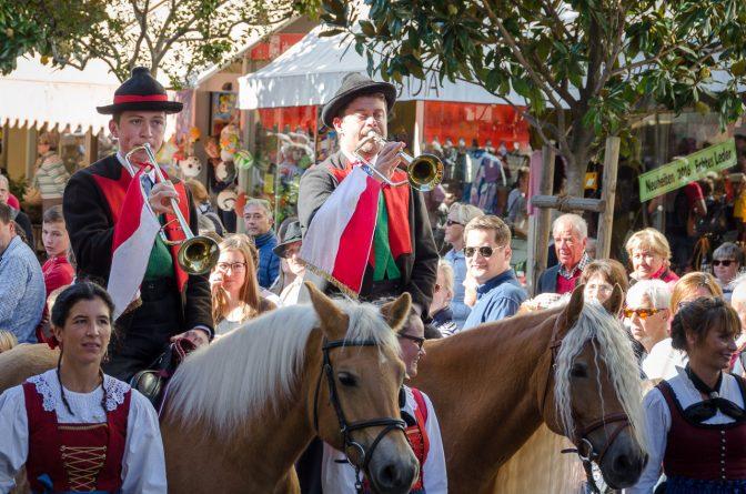 Berittene Trompeter kündigen den Beginn des Festumzuges des Traubenfests Meran an